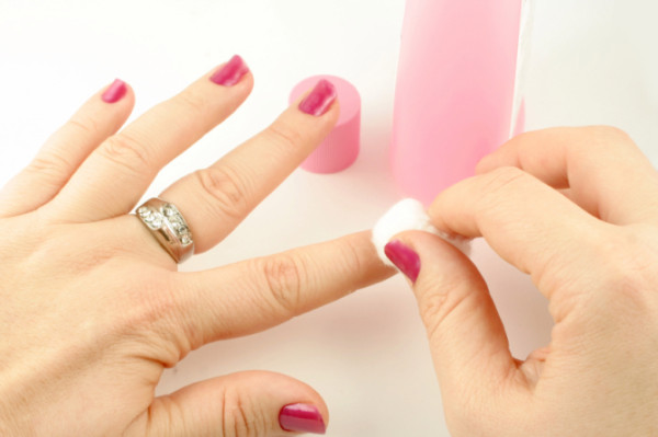 Kako skinuti gel lak sa noktiju kod kuće